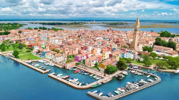 上から、イタリアのヴェネツィアのラグーン海のカラフルなブラーノ島の航空写真