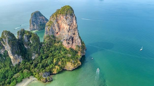 タイ、クラビ県のライレイビーチ、熱帯のライレイビーチと岩とヤシの木が並ぶプラナンビーチの空中鳥瞰図、上からアンダマン海の海岸線