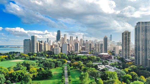 上からシカゴのスカイライン空中ドローンビュー、ミシガン湖、シカゴ市のダウンタウンの高層ビル都市の景観、公園、米国イリノイ州から