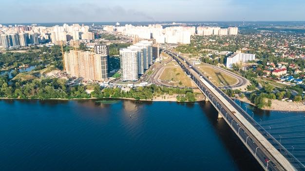 上からキエフ市のサウスブリッジ、キエフのスカイライン、ドニエプル川の街並み、ウクライナの空中のトップビュー
