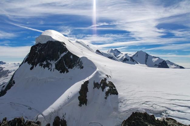 Красивые швейцарские альпы пейзаж с видом на горы летом, церматт, швейцария