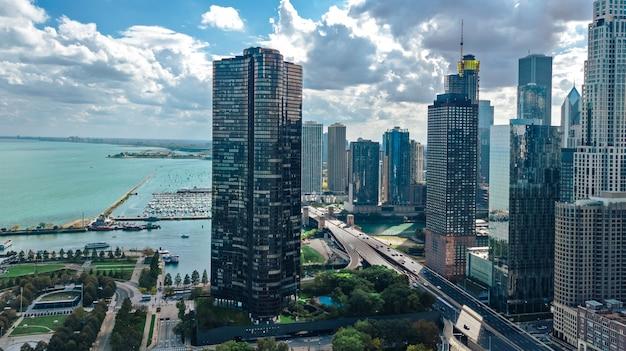 上からシカゴのスカイライン空中ドローンビュー、シカゴ市のダウンタウンの高層ビルとミシガン湖の街並み、イリノイ州、米国