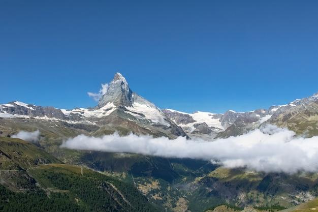 Красивый швейцарский пейзаж альп с горы маттерхорн, горы летом, церматт, швейцария
