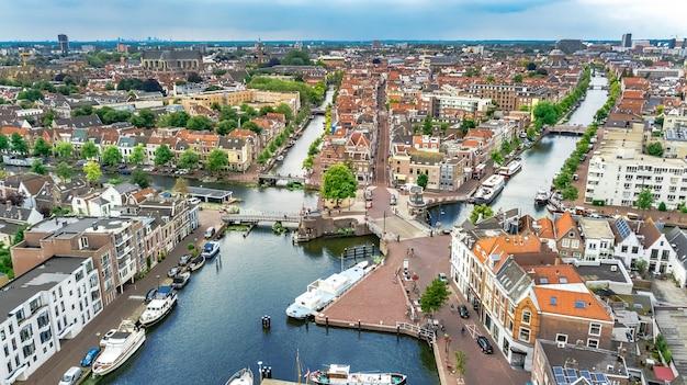 上からライデン町都市景観、運河と家、オランダ、オランダの典型的なオランダの都市スカイラインの空中ドローンビュー