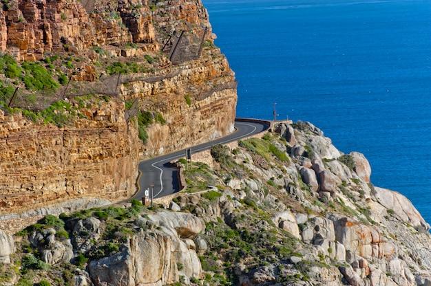 美しい山道、崖と海の風景。南アフリカ