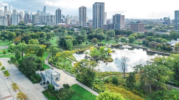 ミシガン湖とシカゴのダウンタウン高層ビル都市景観リンカーンパーク、イリノイ州、アメリカ合衆国からの鳥の眺め