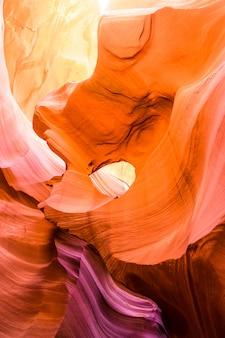 Красивый вид образований песчаника каньона антилопы в известном национальном парке племени навахо около страницы, аризоны, сша