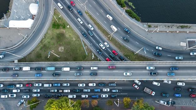 上、都市交通の概念から多くの車の橋道自動車交通渋滞の空中のトップビュー