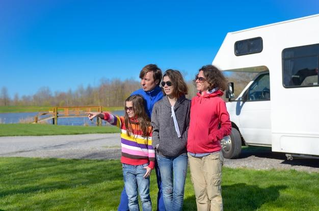 Семейный отдых, р.в. путешествие с детьми, счастливые родители с детьми весело проводят время в поездке на отдыхе в дом на колесах, экстерьер кемпера