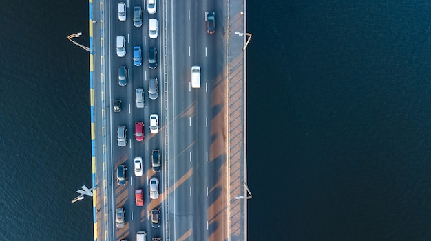 Воздушный вид сверху мост дороги автомобильной пробки многих автомобилей сверху, концепция городского транспорта