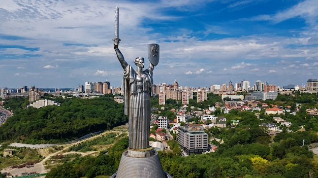 上から丘と都市景観、キエフ市、ウクライナのキエフ祖国像記念碑の空中のトップビュー