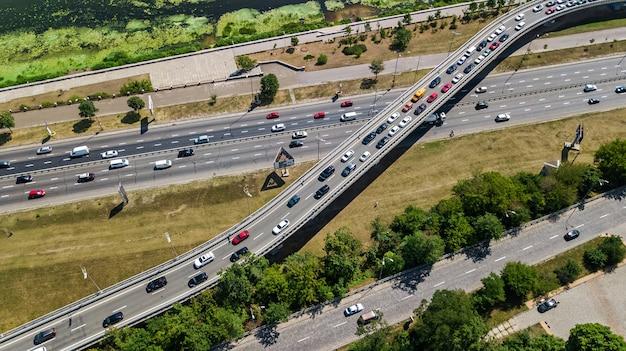 Вид сверху воздушной развязки сверху, автомобильное движение и затор многих автомобилей, концепция транспортировки