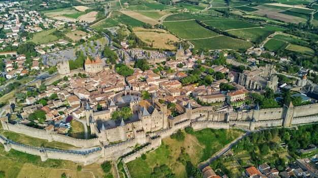 Воздушный вид сверху каркассон средневекового города и крепости замок сверху, южная франция