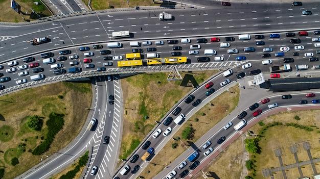 上から道路のジャンクションの空中のトップビュー、自動車交通、多くの車、交通機関の概念のジャム