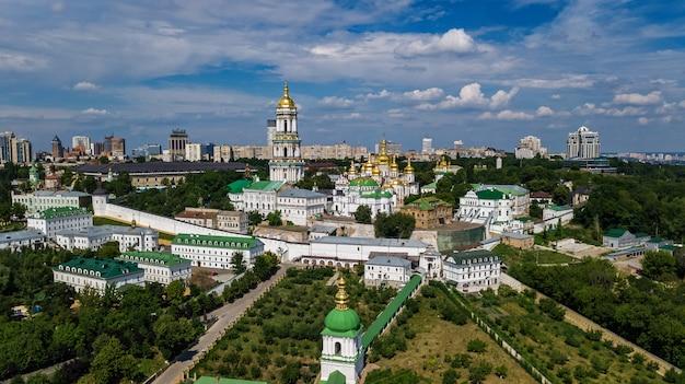 キエフ・ペチェールシク大修道院教会、ウクライナ、キエフ市の上から丘の空中ドローンビュー