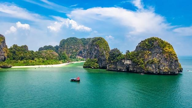 タイ、クラビ県のライレイビーチ、熱帯ライレイとプラナンビーチの空撮と上からアンダマン海の海岸線
