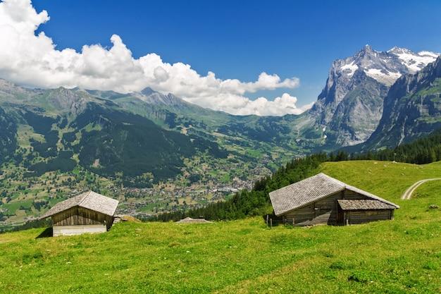 Красивые идиллические горы пейзаж с загородным домом летом, альпы, швейцария
