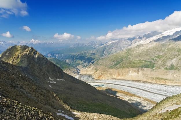 アルプスのアレッチ氷河、スイスの山の夏