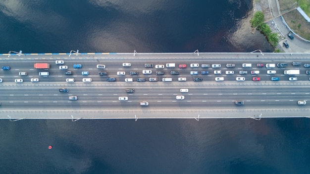 Воздушный вид сверху моста автомобильного движения многих автомобилей сверху, концепция городского транспорта