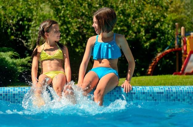 夏のフィットネス、スイミングプールの子供たちは楽しさと水しぶき、家族での休暇に子供