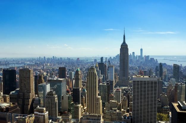 ニューヨーク市のスカイラインの上から、都市の高層ビル、マンハッタンの街並みの空中のトップビュー