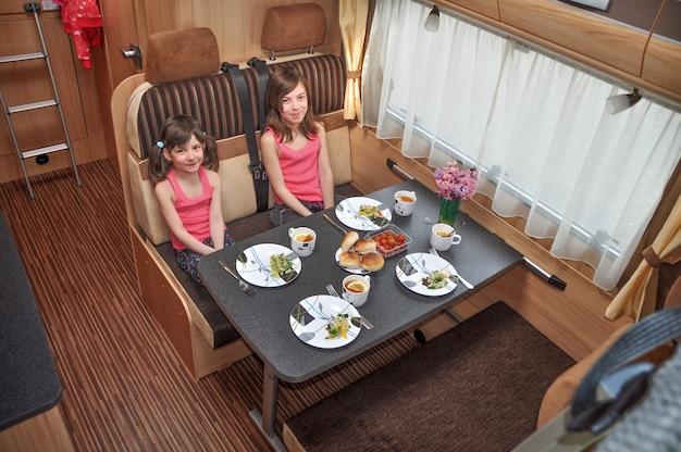 Семейный отдых, поездка в отпуск на колесах, кемпинг