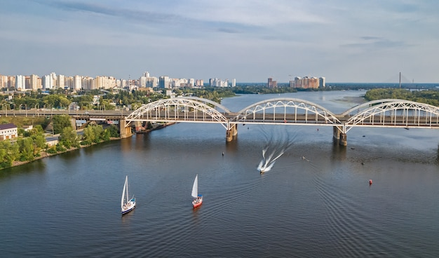 ダニツキー橋、ヨット、ドニエプル川でセーリングボートの空中のトップビュー