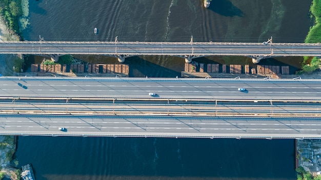 車と鉄道の橋道自動車交通の空中のトップビュー