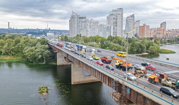 上から多くの車の橋道自動車交通渋滞の空中のトップビュー、ブロックおよび道路修理、都市交通の概念