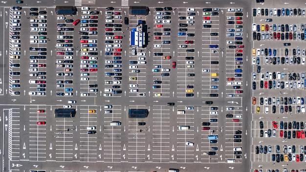 上から多くの車で駐車場の空中ドローンビュー、都市交通と都市の概念