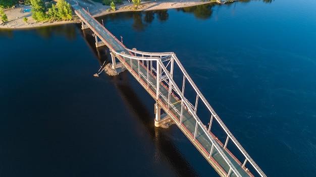 歩行者公園の橋と上からドニエプル川、ウクライナ、キエフ市の空中のトップビュー