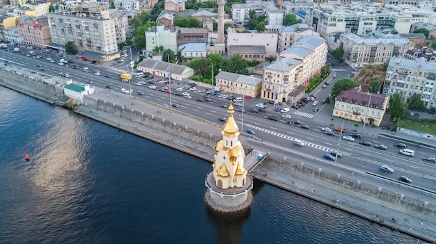 ウクライナ、キエフ市の上からドニエプル川とポドル地区の空中のトップビュー