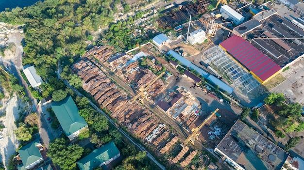 上から工業団地ゾーン、工場の煙突、倉庫、キエフウクライナの産業地区の空中のトップビュー