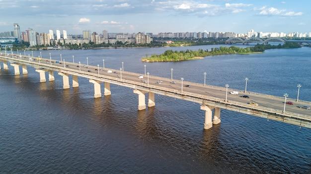 上からパトン橋とドニエプル川の空中のトップビュー、キエフ市、キエフ都市景観のスカイライン、ウクライナ