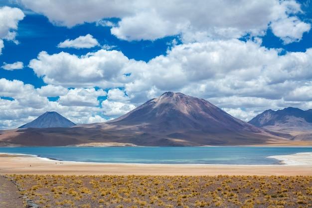 アタカマアルティプラナ砂漠、ラグナミカンティ塩湖と山の風景、ミニケ、チリ、南アメリカ