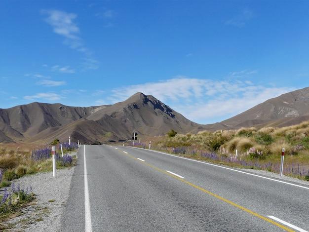 国立公園トーレスデルパイネ山と道路風景、パタゴニア、チリ、南アメリカ
