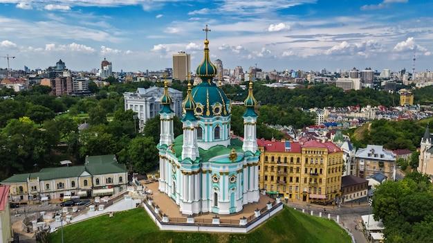 キエフの聖アンドリュー教会とアンドレフスカ通りの空撮