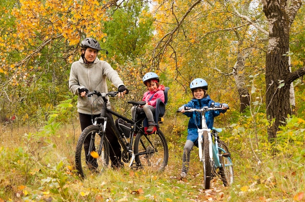 Семья на велосипеде на открытом воздухе