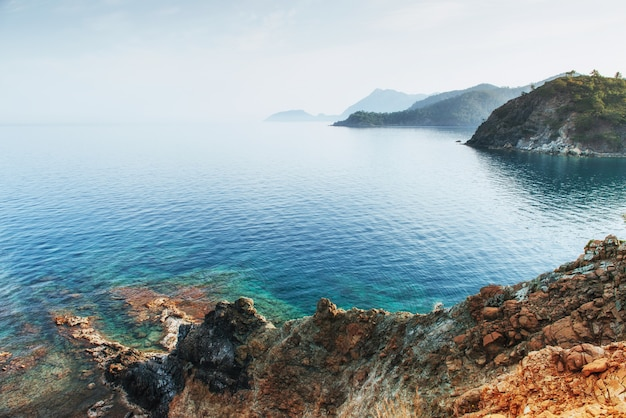 トルコの海岸の地中海の青い海の波