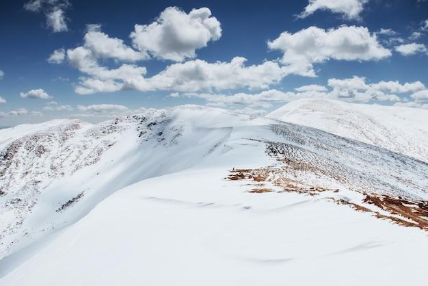 カルパチア山脈国立公園の山脈を越えたカラフルな春の日。ウクライナ、ヨーロッパ。