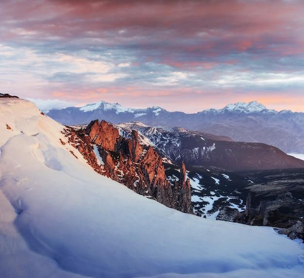 神秘的な冬の風景、雄大な山々