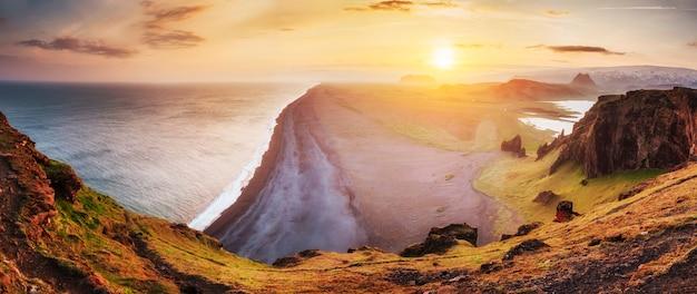 海とレイニスフィヤ山のある風景。アイスランド