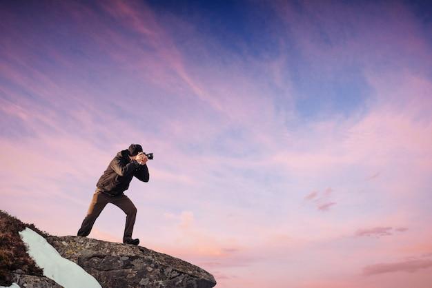 Турист смотрит на пейзаж. прекрасный закат. карпаты
