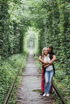 Влюбленная пара на железной дороге. украина.