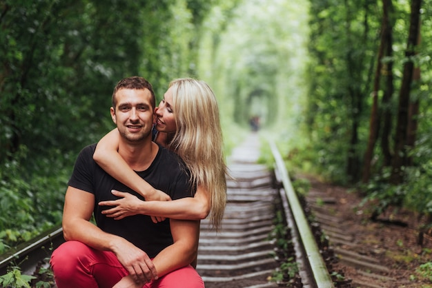 Влюбленная пара в любви туннель железная дорога