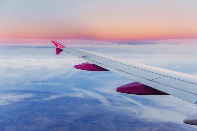 Крыло самолета и вид кучевых облаков