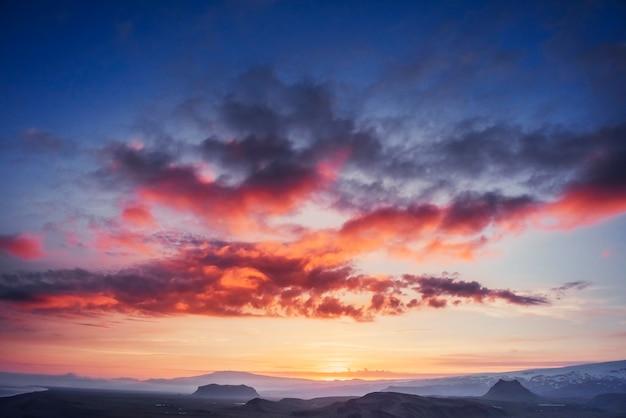 ピンクの夕日の美しい景色