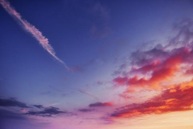 山の向こうのオレンジ色の空。カルパティア山脈ウクライナヨーロッパ