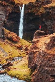 Живописный пейзаж гор и водопада