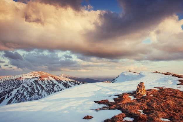 春の山の風景。雪山